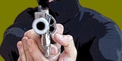 delincuentes-asaltan-pescaderia-en-puerto-plata-y-cargan-con-dinero-arma-y-auto