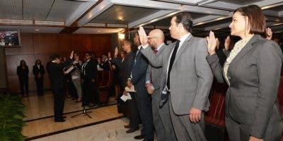 Parte de los nuevos intérpretes judiciales al momento de ser juramentados por el magistrado Mariano Germán.