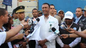 El director del Hospital Ney Arias Lora, doctor Amaury García Silverio, conversa con los medios sobre el operativo.
