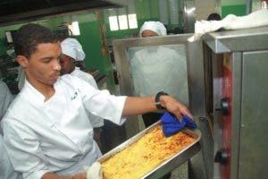 Uno de los estudiantes durante la preparación de uno de los platos que aprendió a preparar en el laboratorio donado por la Unión Europea. Foto: Eliieser Tapia/El Día.