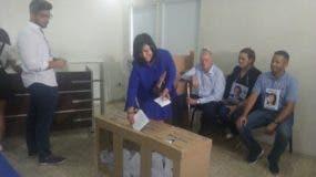 Geanilda Vásquez en  momentos en que ejercía el voto.