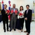 Los funcionarios de la Embajada  junto al gobernador de Rotary muestran los resultados de la práctica de caligrafía tradicional.