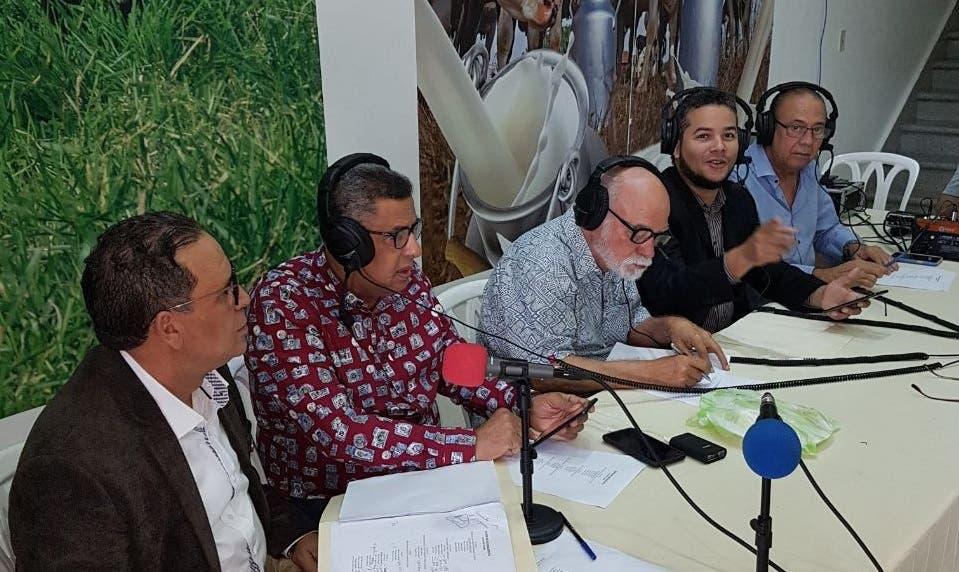 La conducción del espacio estuvo a cargo de Hecmilio Galván, director ejecutivo de Confenagro; el periodista Ramón Colombo; el locutor Johnny García; Pedro Musa Velázquez, Eduardo Álvarez, Nelson Ramírez.