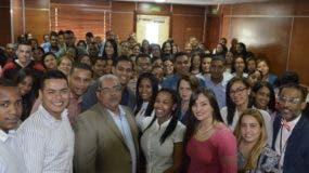Chanel Rosa Chupany (al centro en la fila delantera) junto a los médicos pasantes recién nombrados. Foto: fuente externa.