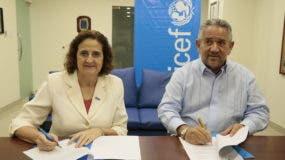 Rosa Elcarte y Roberto Henríquez firman el acuerdo.