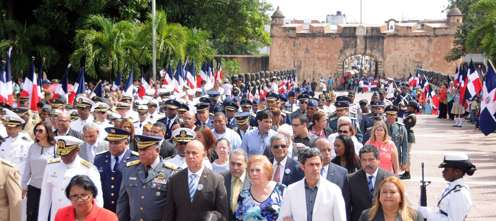 Funcionarios civiles y militares acudieron hoy a rendir honor a Francisco del Rosario Sánchez en el Altar de la Patria, al conmemorarse hoy el 201 aniversario de su nacimiento.