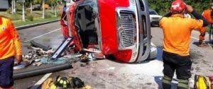 Seis bomberos resultaron heridos tras el accidente.