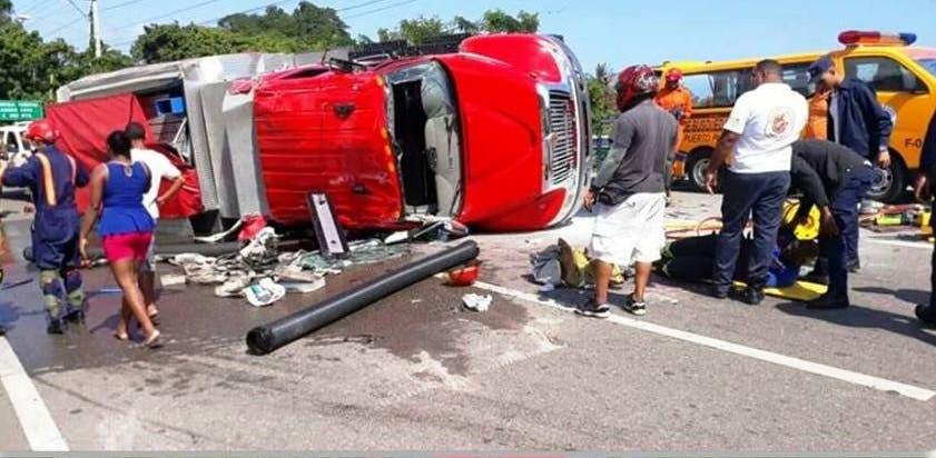 Así quedó el camión de bomberos tras volcarse en la pista.