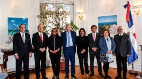 La Embajadora de la República Dominicana en Francia, Rosa Hernández de Grullón junto al señor Jean Louis Bal, presidente del Sindicato de Energías Renovables de Francia y los embajadores y representantes del grupo SICA-PARÍS.