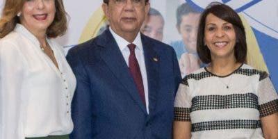 Clarissa de la Rocha de Torres, Héctor Valdez Albizu y Mildred Minaya.