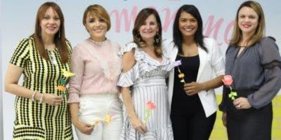Las ejecutivas del banco junto a Diulka Pérez y Gina Méndez.