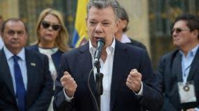 El presidente colombiano, Juan Manuel Santos, habla a la prensa después de votar en una mesa electoral en Bogotá durante las elecciones parlamentarias en Colombia, el 11 de marzo de 2018. AFP