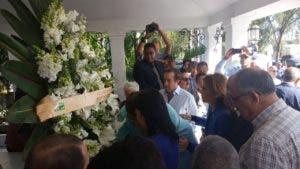 Depositan ofrenda floral por actos conmemorativos.