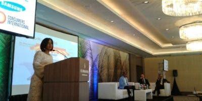 Anina del Castillo durante conferencia en el Día Mundial del Consumidor.