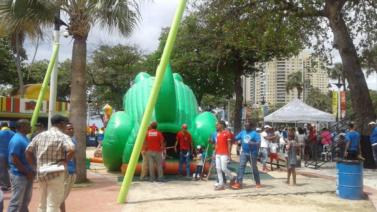 Residentes del DN disfrutan atracciones de Plaza Guibia