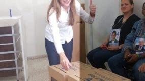 Carolina Mejía mientras ejercía el voto. Degnis de León.