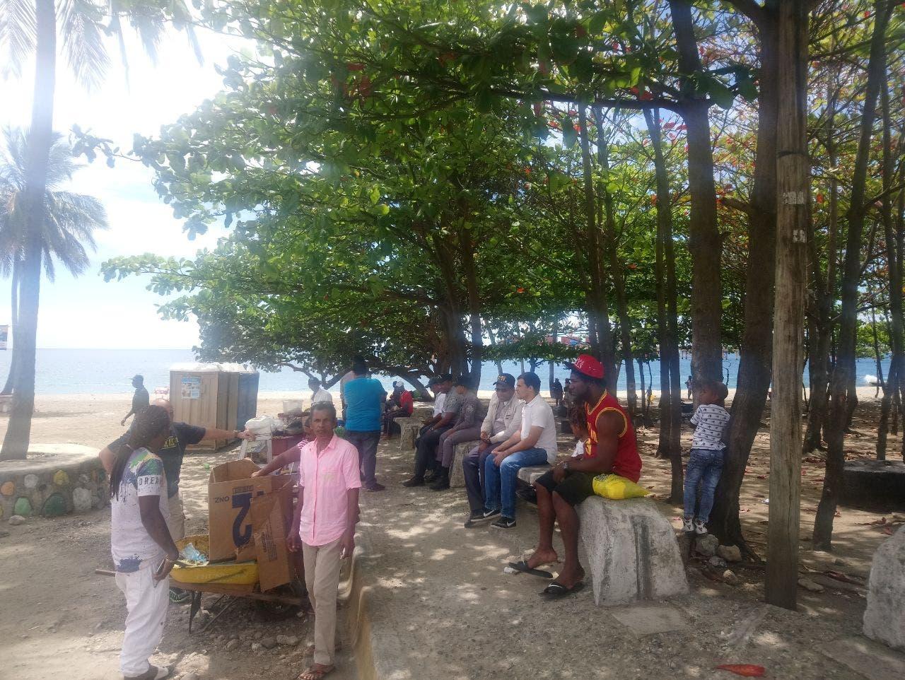 A pesar de estar clausurada, muchos lugareños y visitantes, acudieron hoy a la playa El Gringo, en Haina, a disfrutar del buen ambiente que allí se respira.