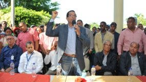 Juan (Trini) Tejada, en representación de la SIE, habla durante una reunión en El Limón de Samaná.