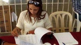 Enriqueta Gil, asistente de la Escuela de Medicina, con el listado de códigos para orientar al médico.