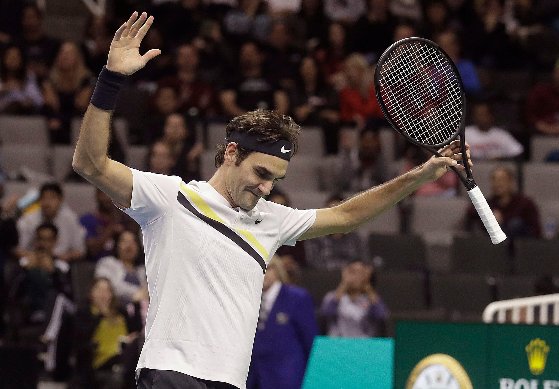 Roger Federer, de Suiza, reacciona durante un partido de tenis de exhibición contra Jack Sock en San José, California, el lunes 5 de marzo de 2018. AP