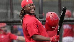 El jugador de los Filis, Maikel Franco, sonríe durante una práctica de bateo en Clearwarter, Florida. AP