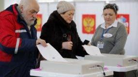 Unas personas participan en la elección presidencial en Lenin, Rusia.AP