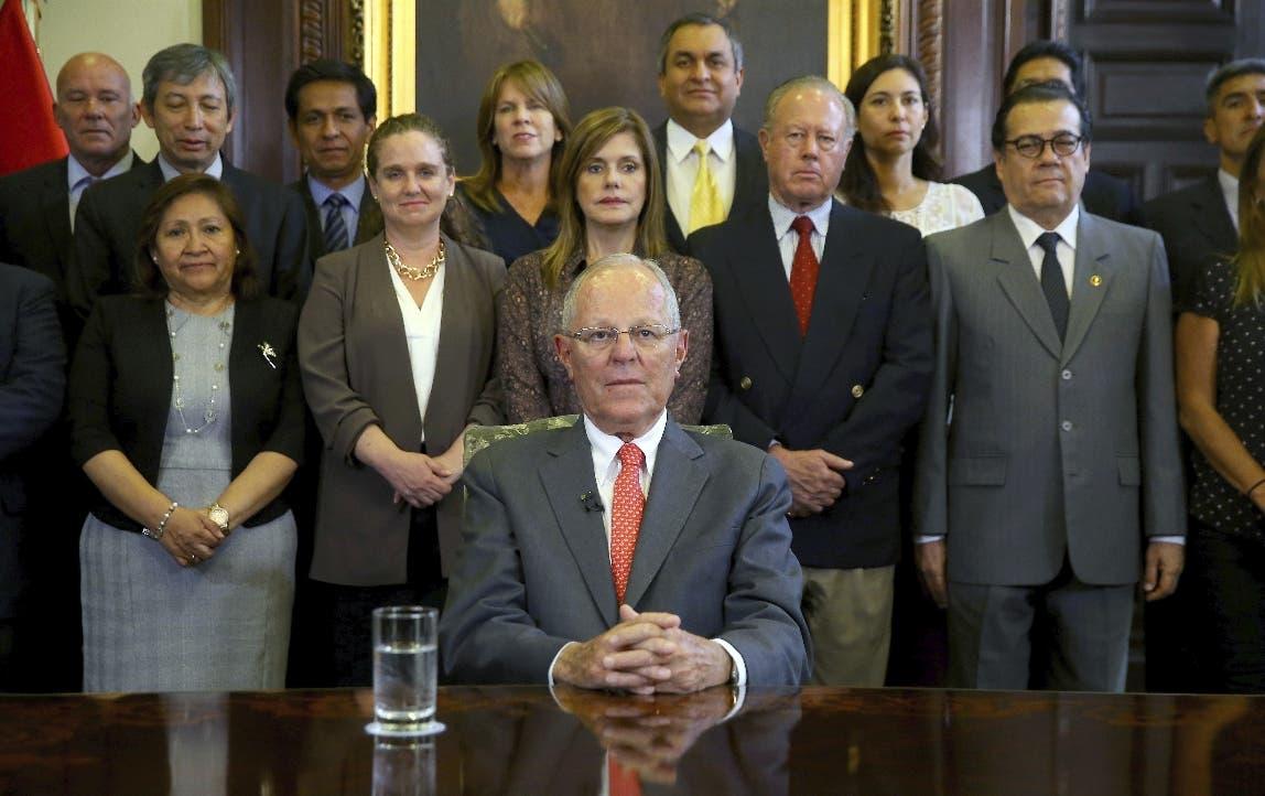 En esta foto proporcionada por la Oficina de Prensa Presidencial del Perú, el presidente Pedro Pablo Kuczynski posa con su gabinete antes de dirigirse a la nación y anunciar su renuncia al cargo el miércoles 21 de marzo de 2018.  (Juanca Guzman Negrini / Presidencia de Perú vía AP)
