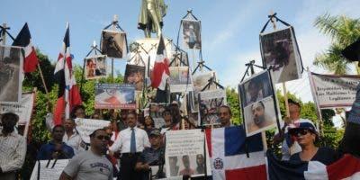 Parte de los manifestantes que se apostaron en el parque Duarte de la Zona Colonial.