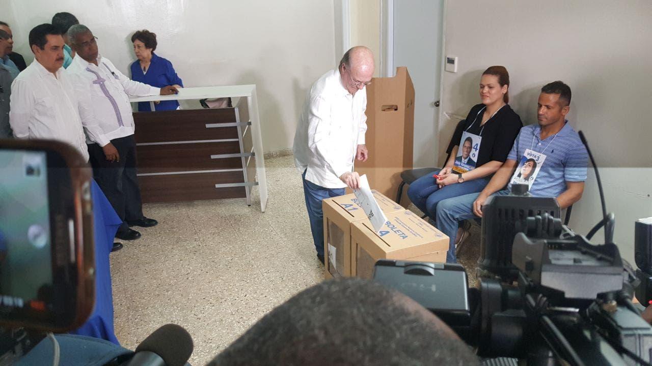 Hipólito Mejía al momento de votar. Foto: Degnis de León.