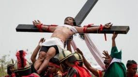 El penitente Rubén Enaje es crucificado por trigésimo segundo año hoy, 30 de marzo de 2018, en San Pedro Cutud (Filipinas). Cada año, miles de personas visitan San Fernando para ver las crucifixiones así como a los penitentes que se fustigan mientras caminan descalzos en las procesiones. EFE