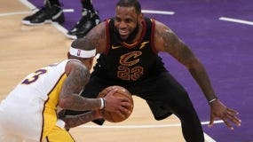El alero de los Cavaliers de Cleveland, LeBron James, se ríe mientras se defiende contra Isaiah Thomas, guardia de Los Angeles Lakers, durante la segunda mitad de un partido de baloncesto de la NBA, el domingo 11 de marzo de 2018 en Los Ángeles. AP