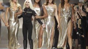 En esta foto del 22 de septiembre del 2017, Claudia Shiffer, Donatella Versace, Naomi Campbell, Cindy Crawford y Helena Christensen salen al final de la presentación de la colección primavera-verano 2018 de Versace en Milán, Italia. (AP Foto/Luca Bruno, Archivo)