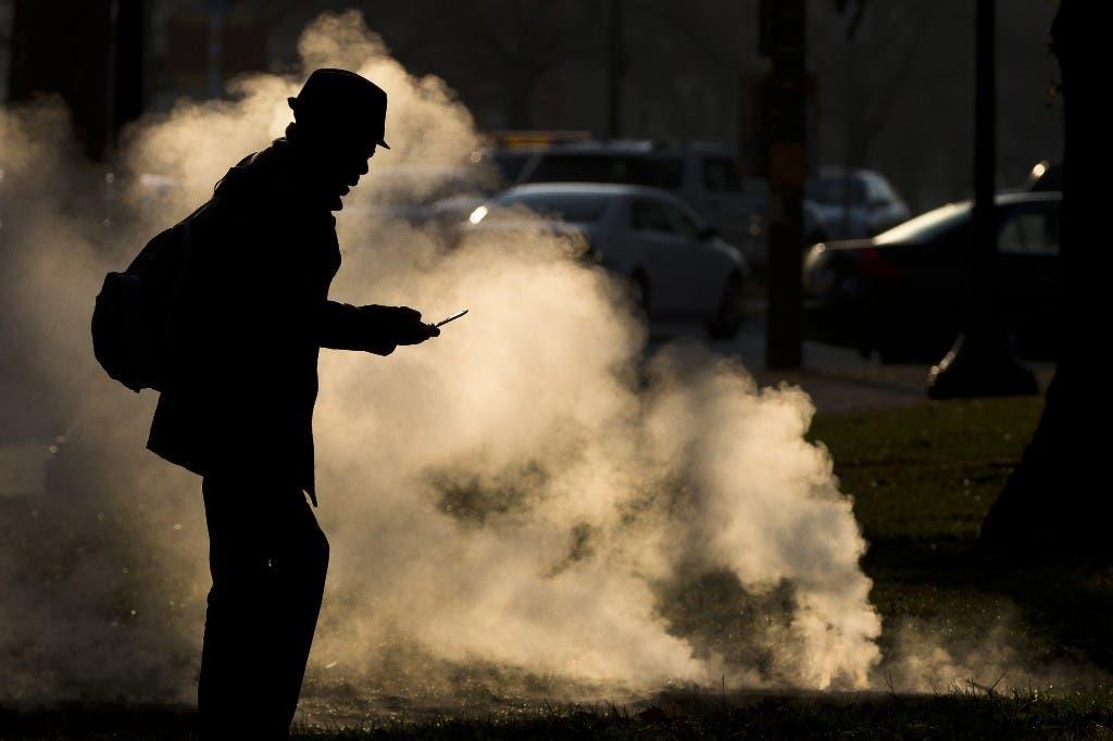 Un hombre observa su teléfono celular frente al Museo de Arte de Filadelfia el 30 de noviembre del 2012. (AP Photo/Matt Rourke, File)