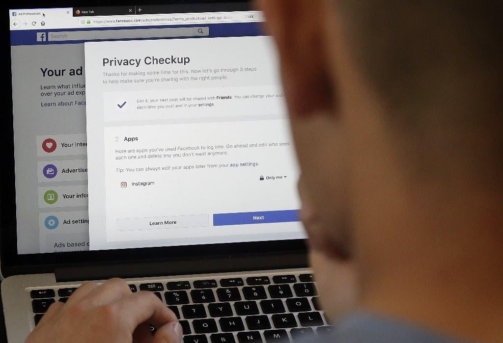 Foto tomada el 26 de marzo del 2018 de un usuario de Facebook cambiando sus niveles de privacidad en San Francisco. (AP Photo/Jeff Chiu)