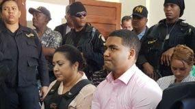 Marlin Martínez y su hijo Marlon en una de las audiencias por el caso Emely Peguero. Foto de archivo.