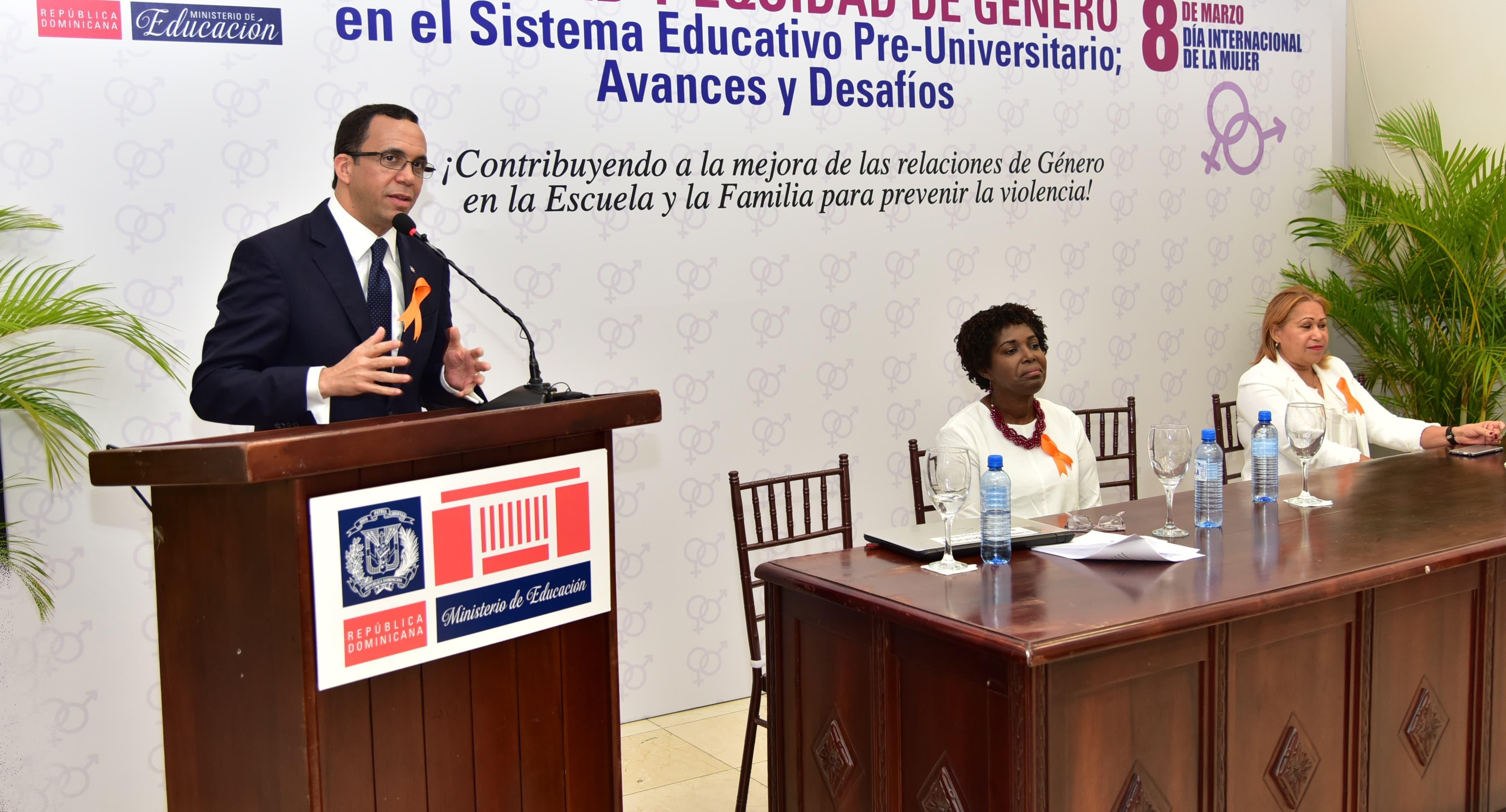 Andrés Navarro habla durante la actividad.