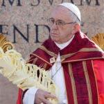 El papa Francisco oficia la misa del Domingo de Ramos en la Plaza de San Pedro el domingo 25 de marzo de 2018 en el Vaticano. (AP Foto/Andrew Medichini)
