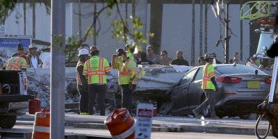 Las operaciones de recuperación continúan en el sitio del puente peatonal colapsado que está cerca de la Universidad Internacional de Florida en Miami. AP