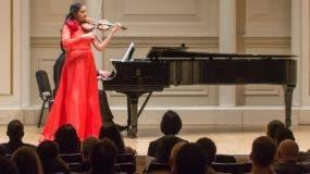 Aisha Syed tocó esa noche  un violín   Stradivarius del año 1690 cuyo precio asciende a los 7 millones de dólares.  Archivo