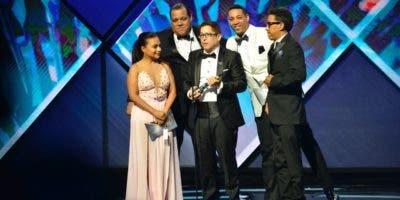 Iván Ruiz y parte del elenco del Show del Mediodía reciben la estatuilla.