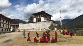Bután tiene bellos monasterios y colinas.