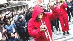 """Manifestantes se visten con los trajes de la serie """"Casa de Papel"""" en Turquía"""