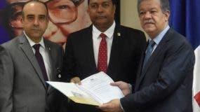 La comisión especial estudió proyecto cuando lo entregó a Leonel Fernández.  Archivo.