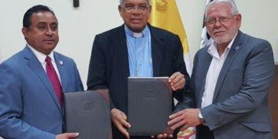 Mayobanex Escoto,  director del Invi; monseñor Francisco Ozoria y el padre Legua durante el acuerdo.