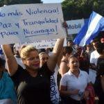 """En la marcha """"por la paz"""" y contra Ortega participaron personas de diferentes edades.  AFP"""