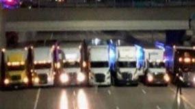 Los camiones   formaron  una  red bajo el puente.