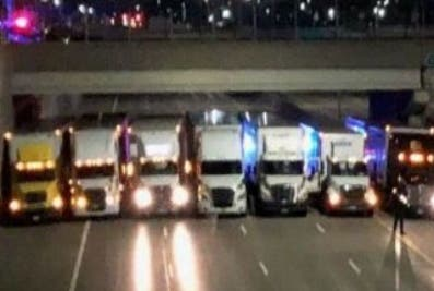 Camiones colocados en fila impiden suicidio de un hombre