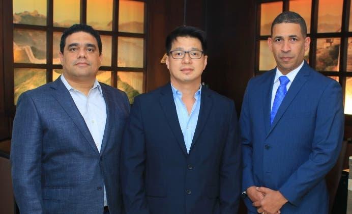 Charlie García, Simon Zheng y Mario Soriano.