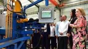 El presidente Danilo Medina recorrió las instalaciones de la nueva industria y observó la tecnología que utilizan.  fuente externa