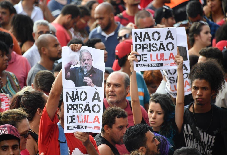 Miles de seguidores de Lula se mantienen en vigilia  cerca de la Corte Suprema, en Brasilia.